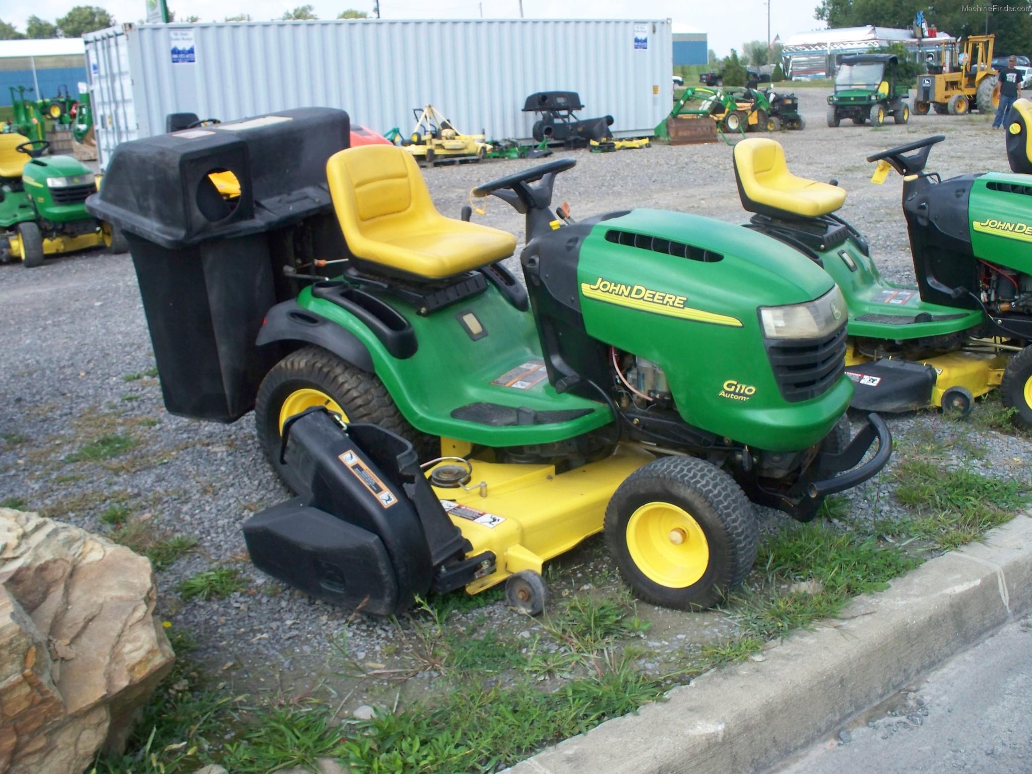 2004 John Deere G110 Lawn & Garden and Commercial Mowing .